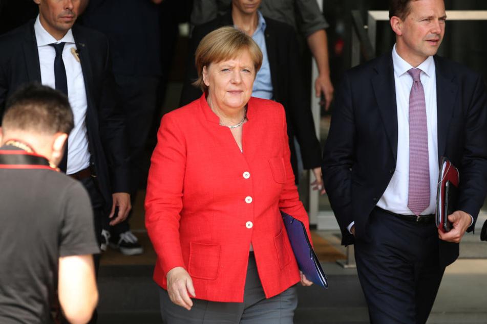 Dass Kanzlerin Angela Merkel (64, CDU) sich nur für Fußball interessiere und andere Sportarten links liegen lasse, bestreitet auch Regierungssprecher Steffen Seibert (58, r.).