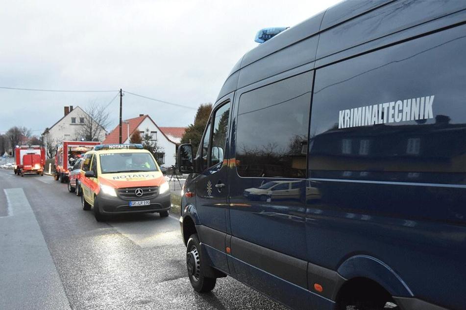 Neben Feuerwehr und Polizei ist auch die Kriminaltechnik vor Ort.