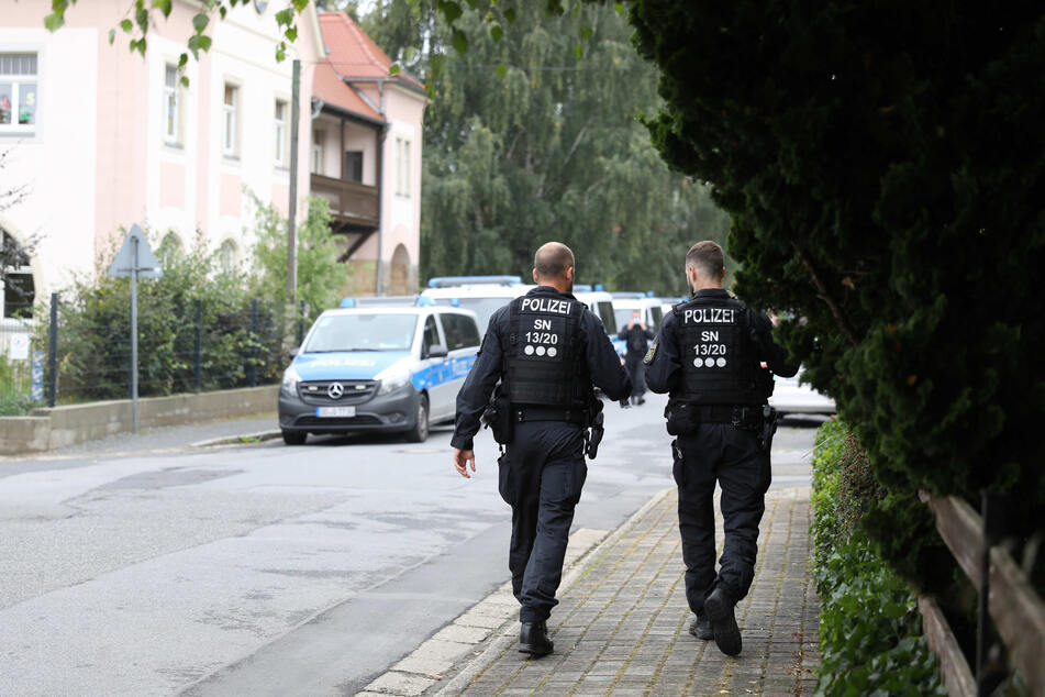 Ein Großaufgebot der Polizei sucht nach der Bluttat in Großröhrsdorf nach dem Täter.