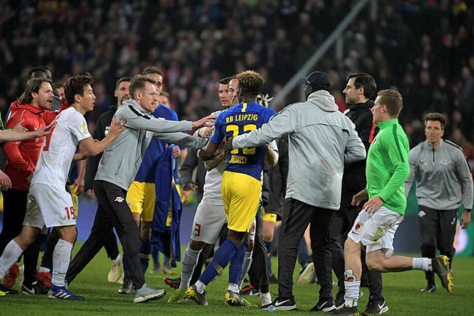 Spieler und Verantwortliche beider Mannschaften gingen aufeinander los, mussten teilweise auseinander gezogen werden.