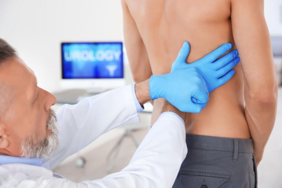 Der Mediziner konnte dem 33-Jährigen mit seinen Rückenschmerzen schnell helfen. (Symbolbild)