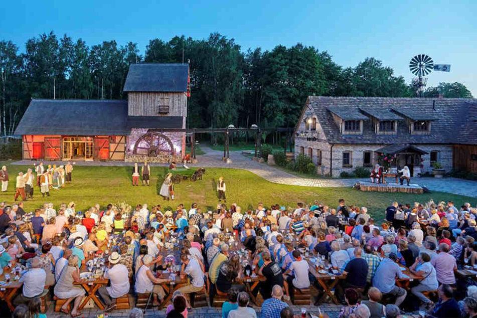 Pro Vorstellung verfolgen 600 Zuschauer die Krabat-Sage vor der Schwarzen Mühle in Schwarzkollm.
