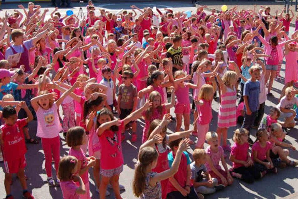 Die Kids sind zum Aktionstag extra in pink in die Schule gekommen.