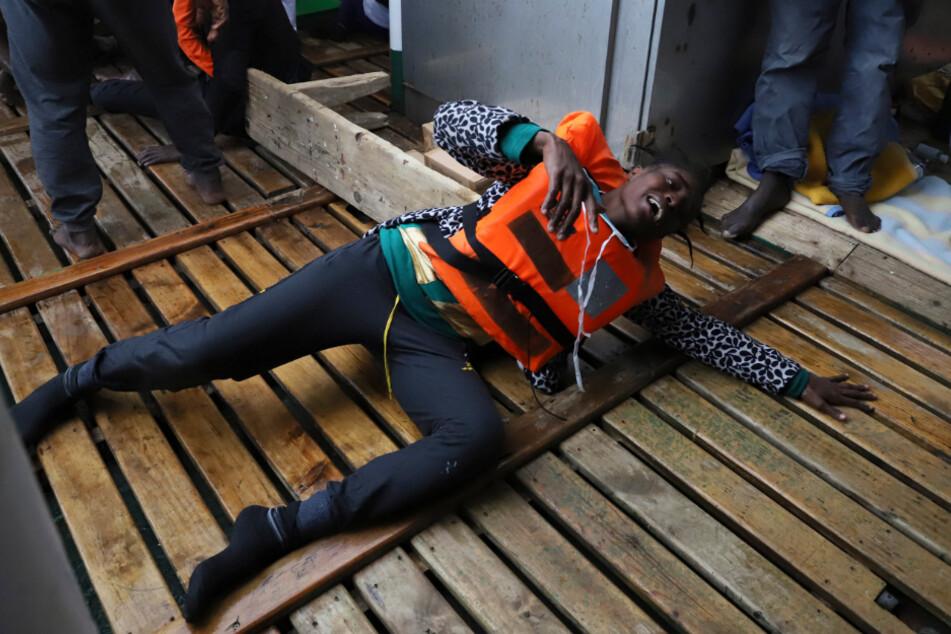 Ein libyscher Flüchtling liegt nach seiner Rettung an Bord des Rettungsboots der spanischen Hilfsorganisation Open Arms.