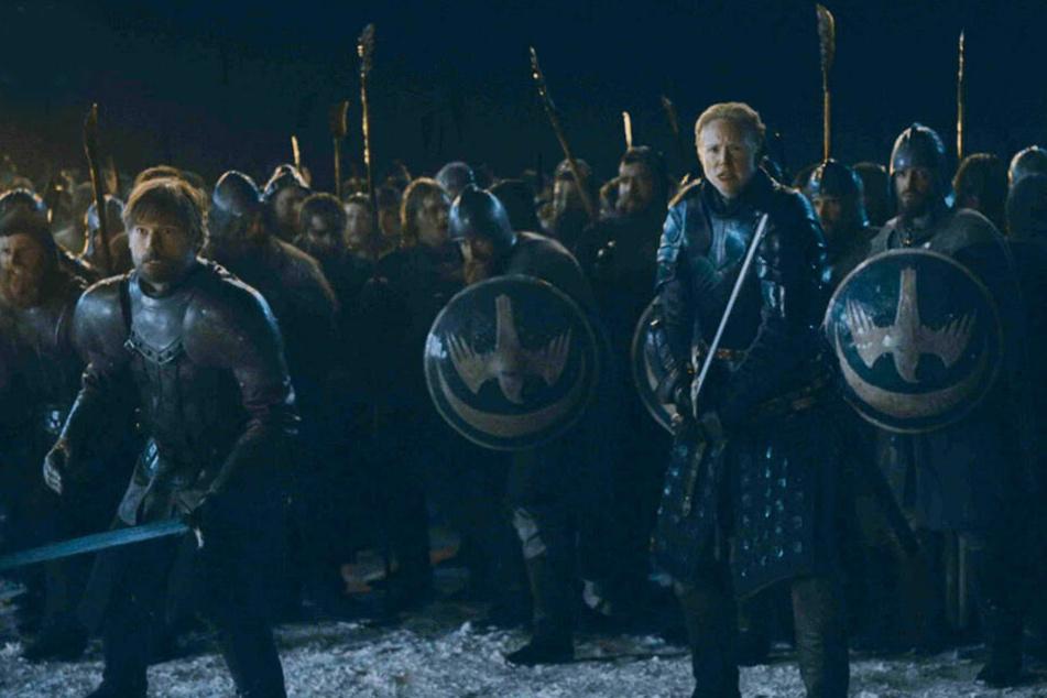 Brienne von Tarth (vorne-rechts; Gwendoline Christie) und Jaime Lennister (vorne-links, Nikolaj Coster-Waldau) treten den Untoten gemeinsam entgegen.