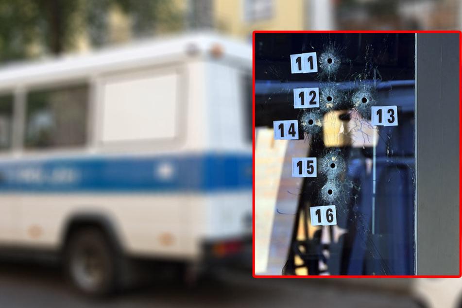 Insgesamt 16 Schüsse trafen den Eingangsbereich des Cafés.
