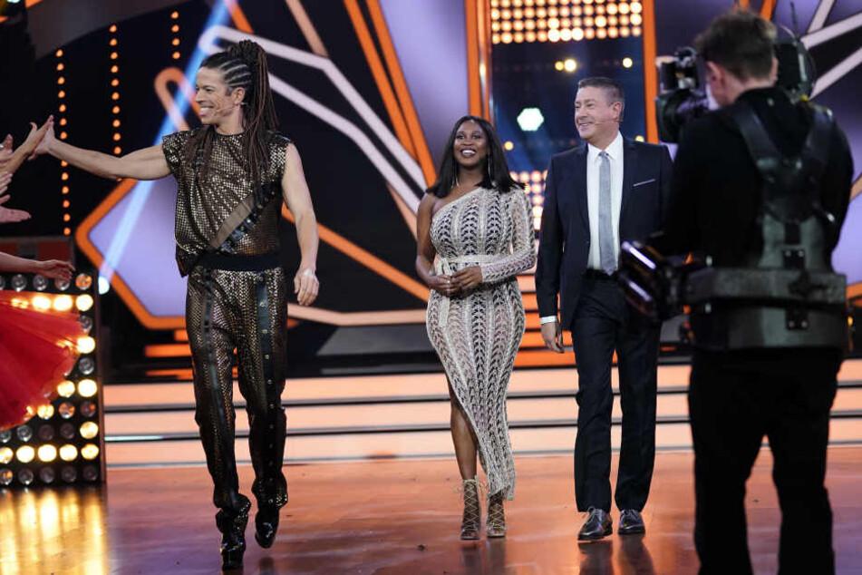Motsi Mabuse mit ihren Let's Dance Juroren-Kollegen Jorge González (li.) und Joachim Llambi.