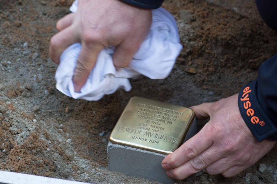 Ein Arbeiter verlegt einen Stolperstein in der Onkel-Bräsig-Straße in Berlin-Britz. Im vergangenem Jahr wurden in Neukölln mehrere der Gedenksteine gestohlen.