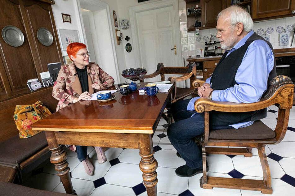 TAG24-Reporterin Katrin Koch plaudert in der Küche mit Gunther Emmerlich. Der TV-Star bewohnt nur noch das Untergeschoss seiner Villa, obendrüber zog Sohn Johannes mit Familie ein.