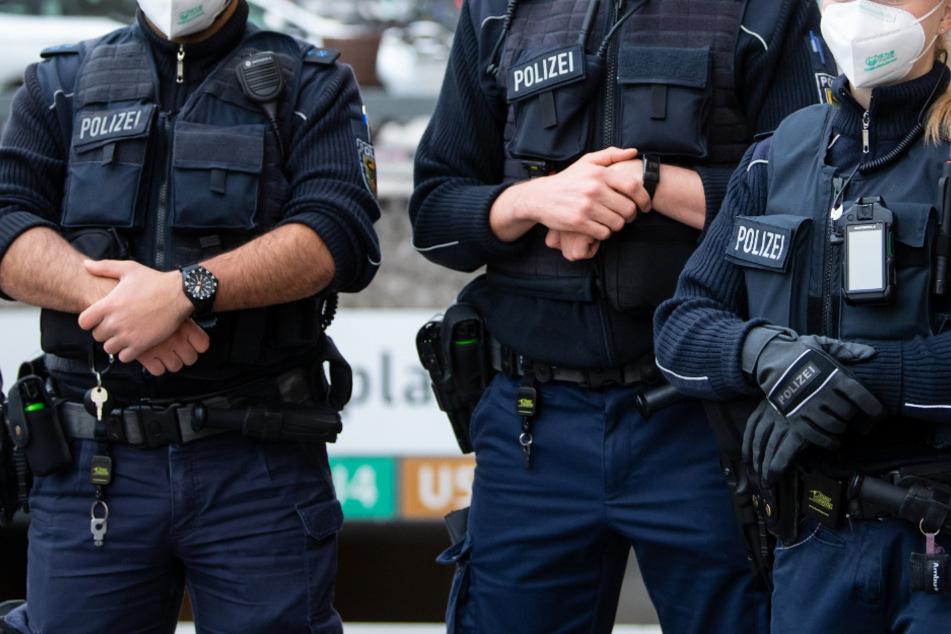 Polizei löst illegale Party auf: Gäste flüchten mit Sprung vom Balkon!