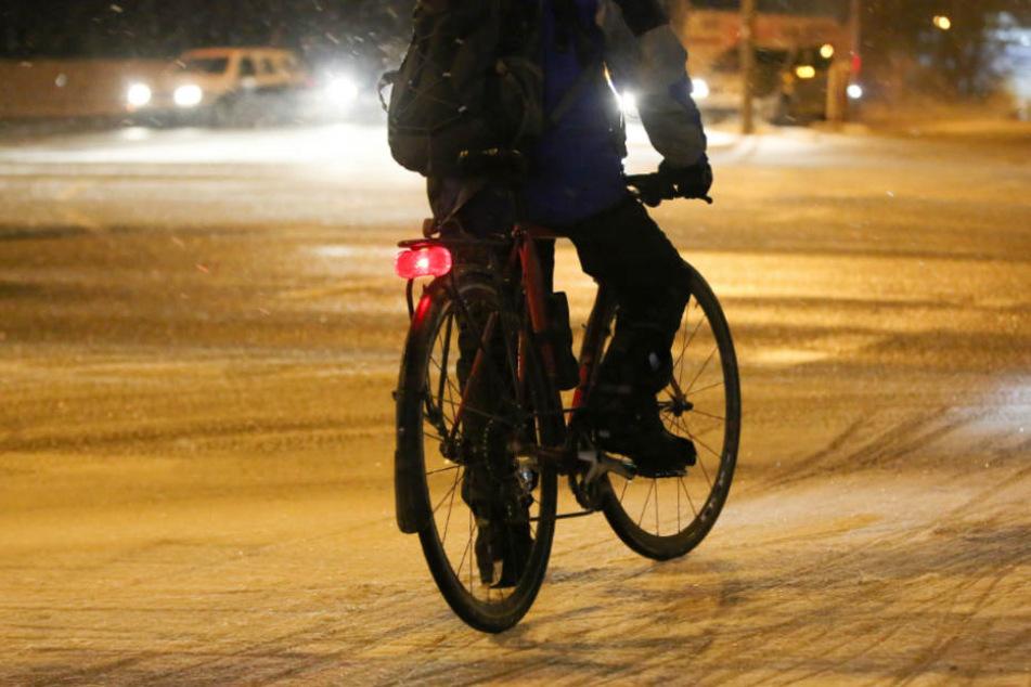 Der Fahrradfahrer lief der Frau hinterher und schlug sie mit einer Holzlatte (Symbolfoto).