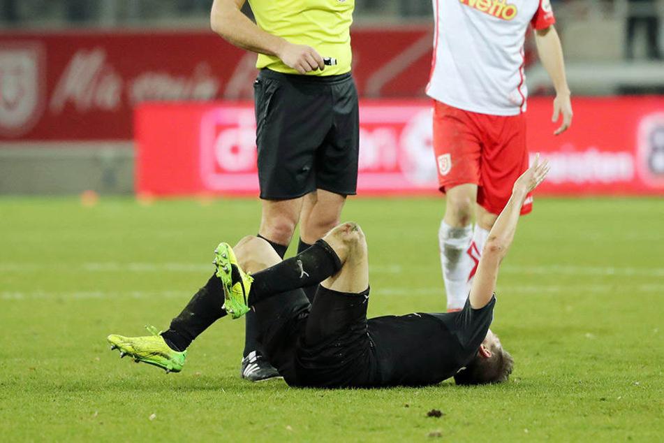 Da war's passiert: Im Spiel gegen Regensburg riss sich Christoph Göbel das Kreuzband.