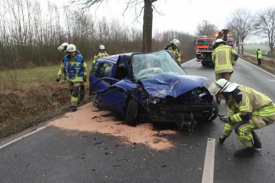 Opel rast ungebremst gegen Baum: Fahrer ist sofort tot