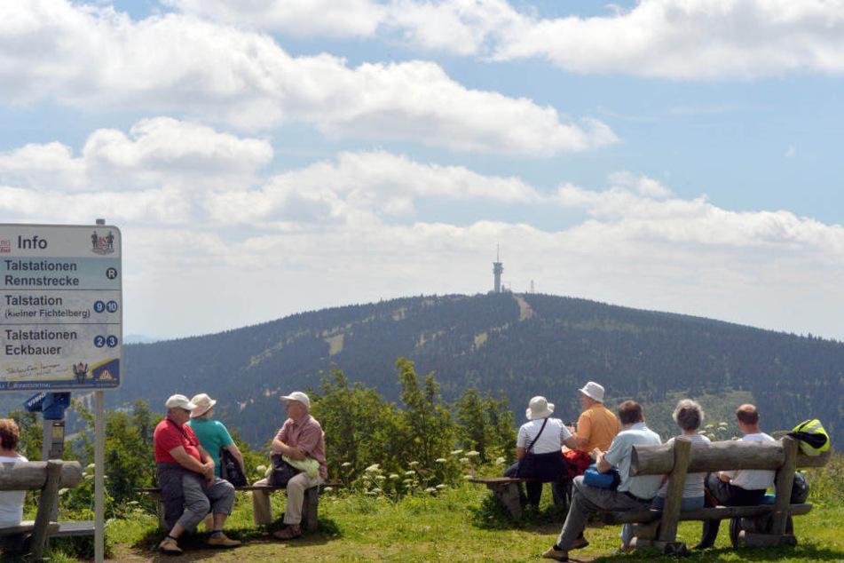 Der Fichtelberg ist im Sommer ein beliebtes Ziel für Wanderer.
