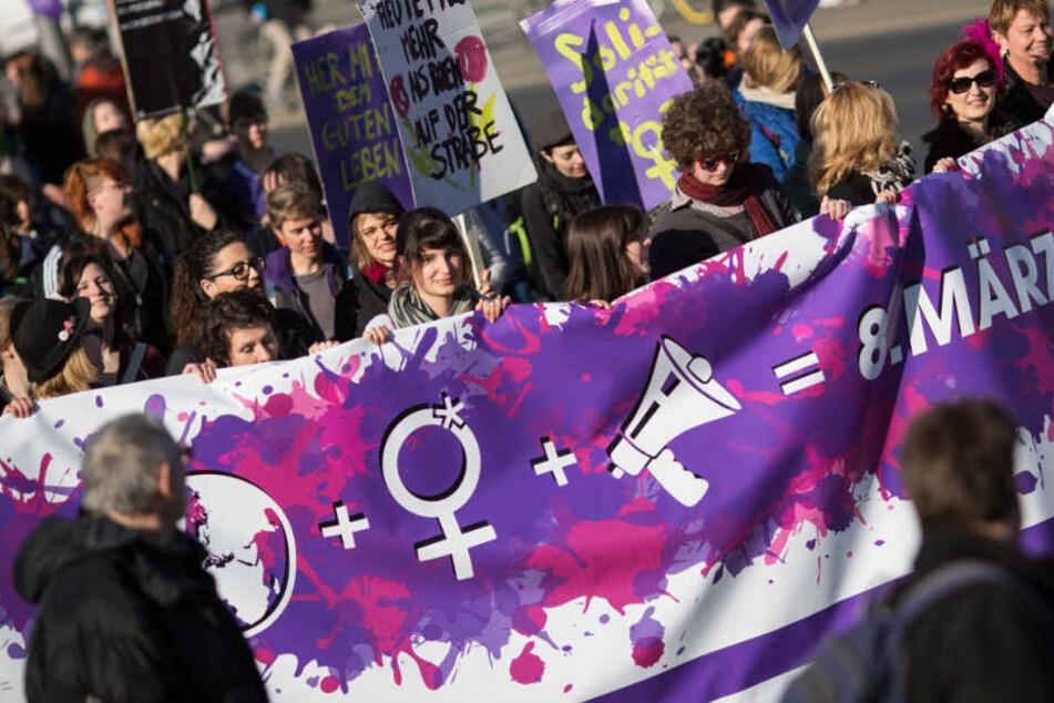 Hunderte Teilnehmer protestieren bei einer Demonstration für die Rechte von Frauen. (Archivbild)