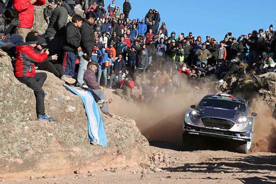 Rallye-Auto rast in Zuschauer und tötet ein Kind