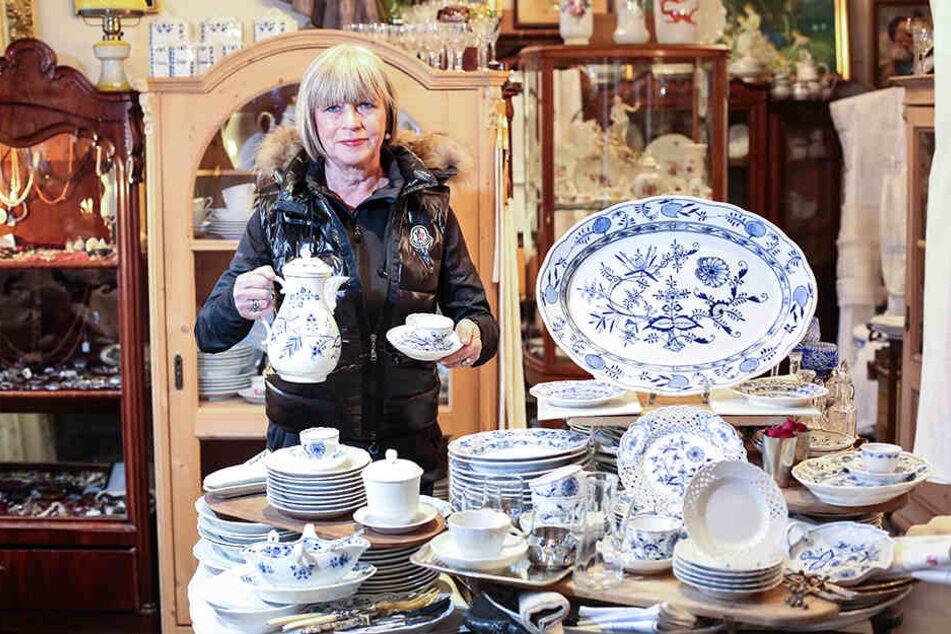 Antiquitätenhändlerin Maritta Schuster (66) hofft auf einen Käufer für das Meissener Zwiebelmuster.