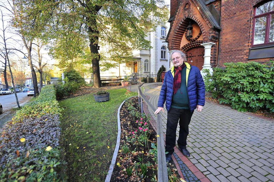 Bunte Blumen statt schlichter Schotter: Für Manfred Hastedt (63) vom Umweltzentrum gehört möglichst viel Grün in den Garten, um die Artenvielfalt zu fördern.