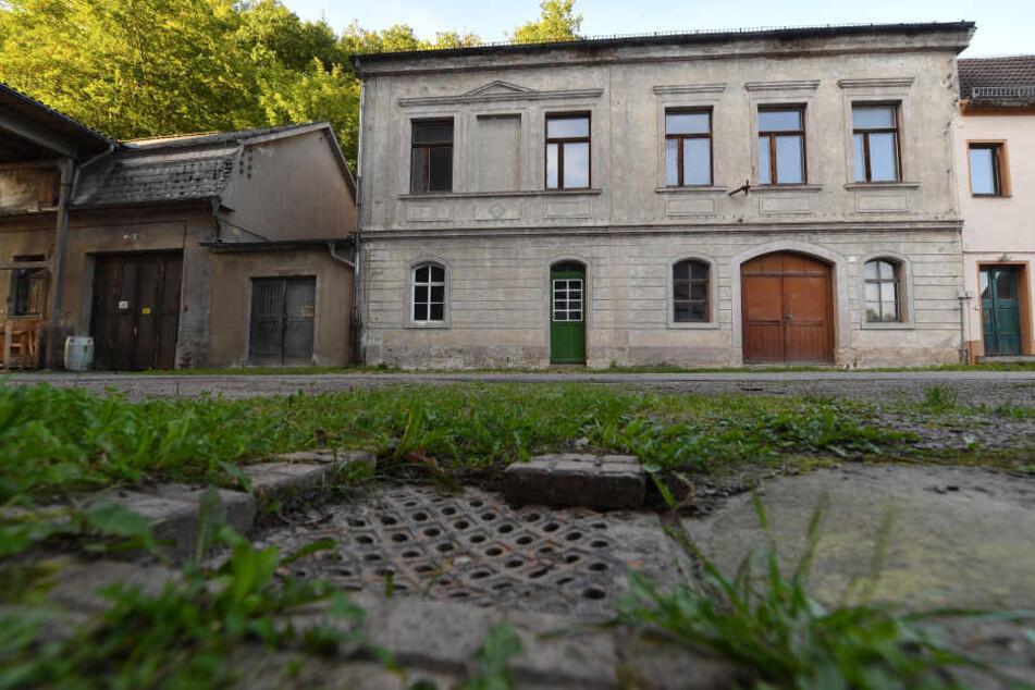 Verfallen wirkt das Gebäude auf dem Gelände einer Spinnerei in Frankenberg, an dem einst das Tor zum Konzentrationslager Sachsenburg zu finden war.