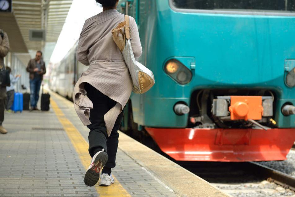 Der Zugführer soll die Bielefelderin bewusst am Bahnhof zurückgelassen haben. (Symbolbild)