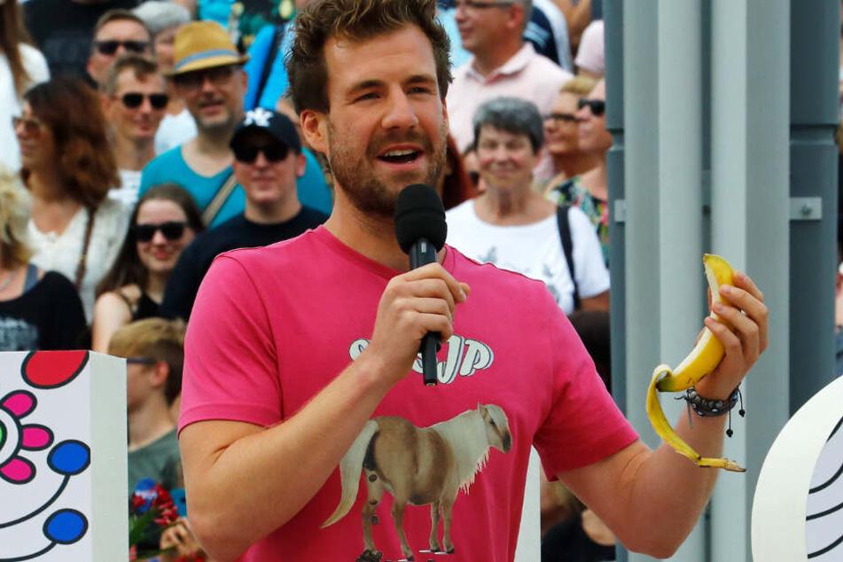 Bei seinem Fernsehgarten-Auftritt blödelte Luke Mockridge unter Anderem mit einer Banane herum.
