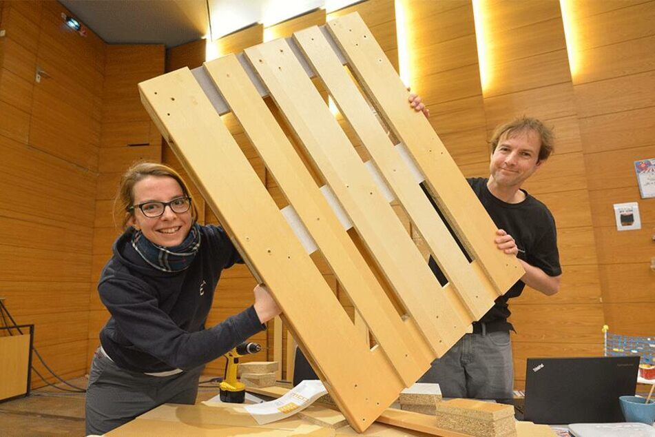 Astrein: Robert (40) und Karola Köpferl (28) machen aus alten Möbeln Euro-Paletten.