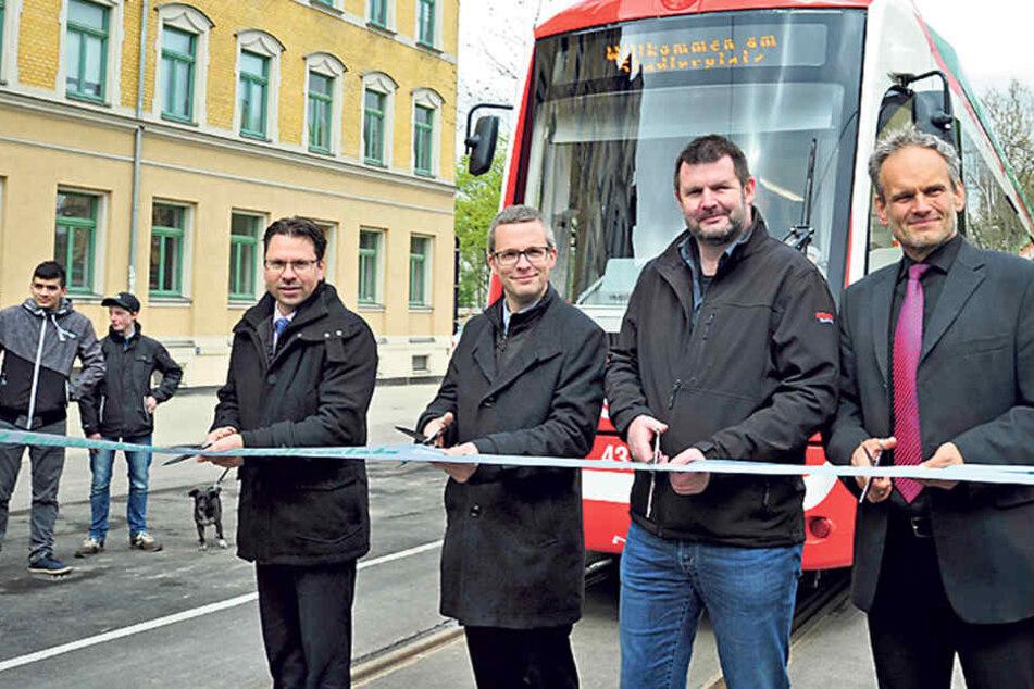 David Joram (41) von der CVAG, Mathias Korda (37) vom VMS, Michael Hahmann (46) von der Strabag und Mario Bause (55, v.l.) vom SMWA weihen die neue Bahnlinie ein.