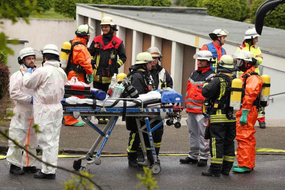 Rettungskräfte stehen vor dem Haus in Düsseldorf.