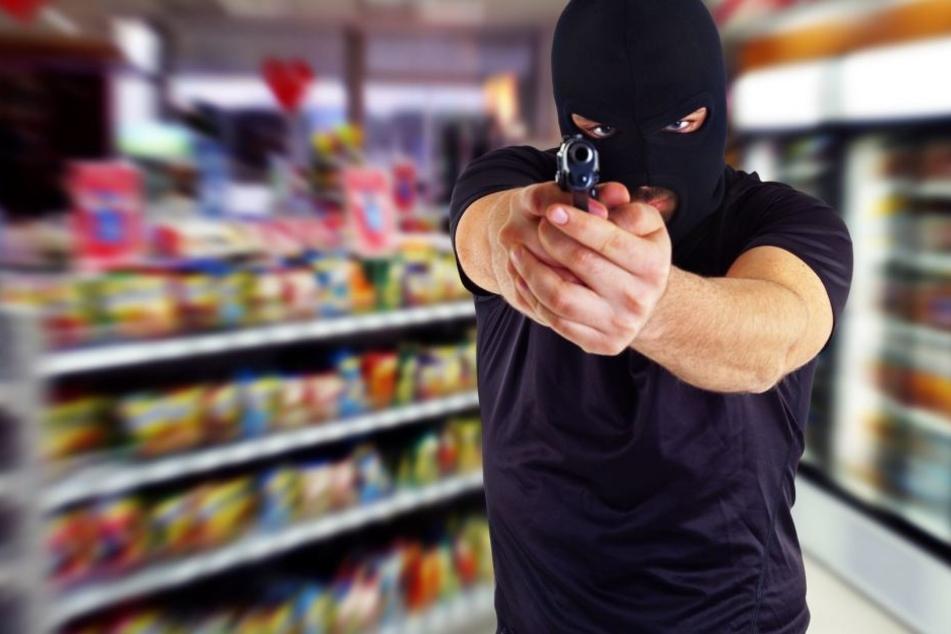 Der vermeintliche Serienräuber bedrohte die Laden-Angestellten stets mit einer Schusswaffe und forderte Bargeld (Symbolbild).
