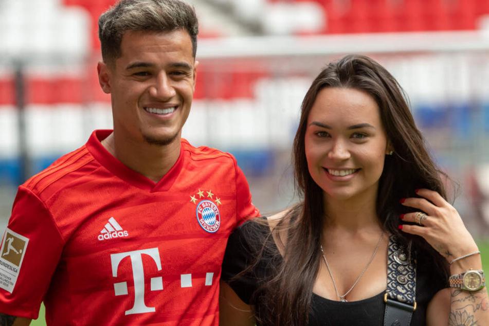 Neuzugang Philippe Coutinho wird von seiner Frau Aine nach München begleitet.