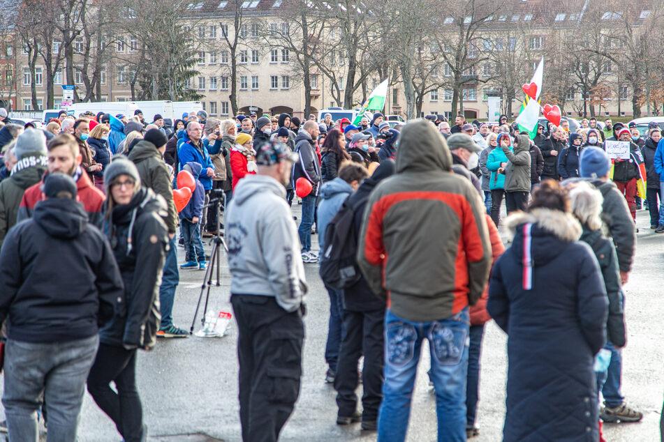 In Zwickau versammelten sich Hunderte Menschen. Sie demonstrierten gegen die Corona-Maßnahmen.