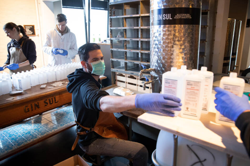 Die Hamburger Spirituosen-Manufaktur hat auf die Produktion von Hände-Desinfektionsmittel umgestellt.