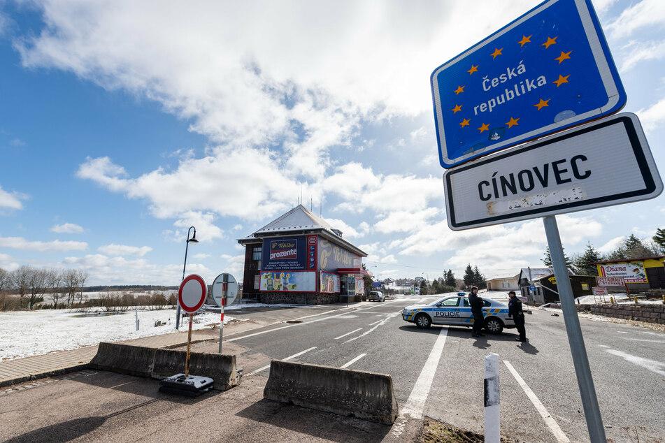 Grenzübergang Zinnwald: Tschechische Polizisten sichern die tschechische Grenze.