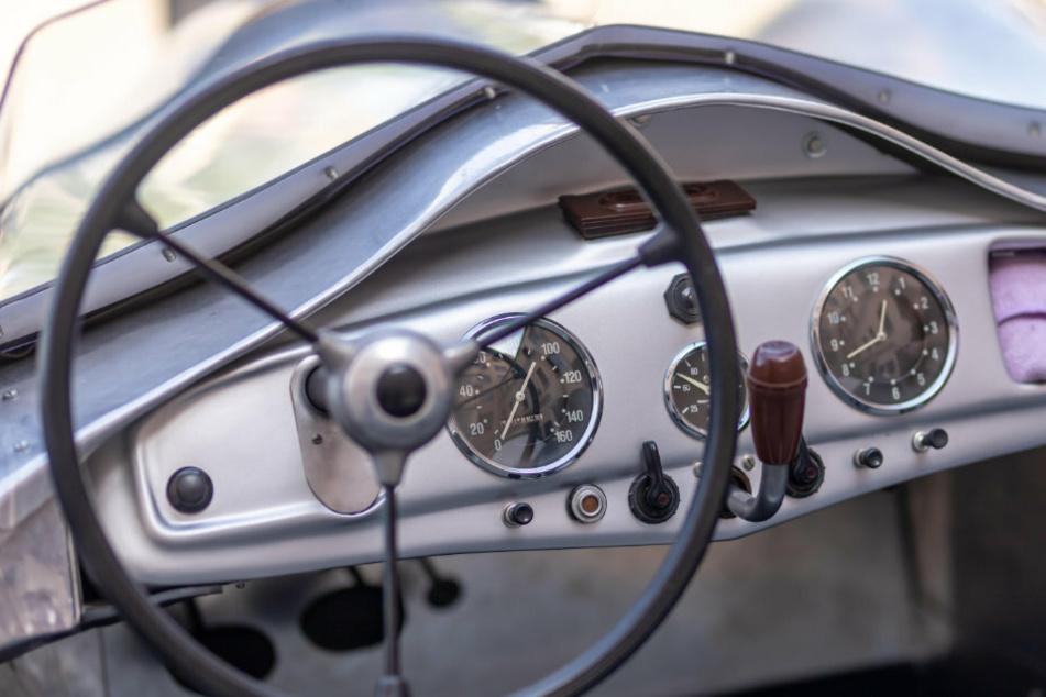 Das Armaturenbrett des DKW F9 glänzt durch schlichte Schönheit. Uhr, Kühlwassertemperatur-Anzeige und Tacho sind um den 4-Gang-Schalthebel angeordnet.
