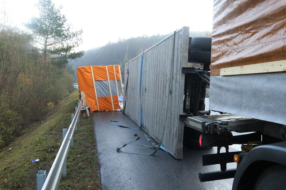 Lkw mit Fertighaus-Teilen kippt um: Verkehrschaos auf der B3