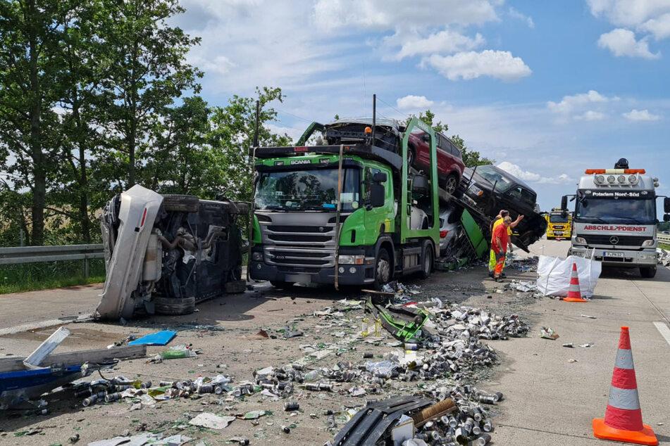 Bei dem Autotransporter fiel ein Auto von der Ladefläche, außerdem hingen weitere Wagen ungesichert herunter.