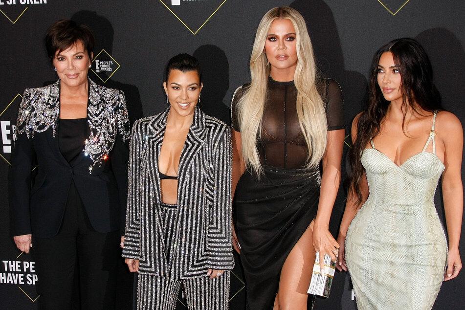 Kris Jenner (65, l-r), Kourtney Kardashian (41), Khloe Kardashian (36) und Kim Kardashian (41). Die Familie führt ein öffentliches Leben in den USA. Ein Mann wollte Kim noch näher sein und brach bei ihr ein.