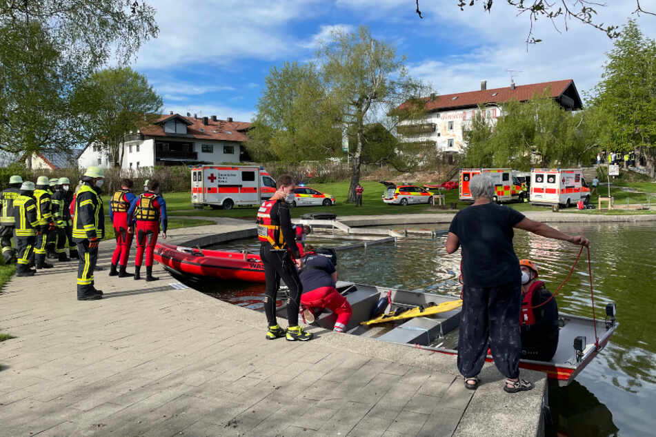 Kleinflugzeug mit vier Menschen an Bord stürzt in Badesee