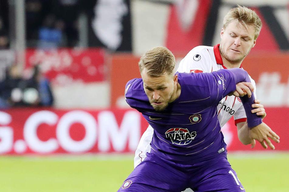 Pascal Köpke (vorn) schirmt den Ball vorm Düsseldorfer Jean Zimmer ab.