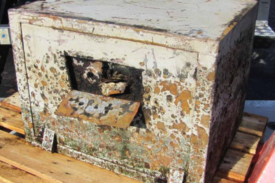 Aus dem Schlamm wurde dieser verschlossene Tresor geborgen.