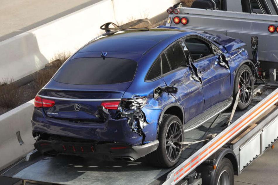 Unfall auf A4 Richtung Dresden. Hier der völlig zerbeulte Mercedes GLE.