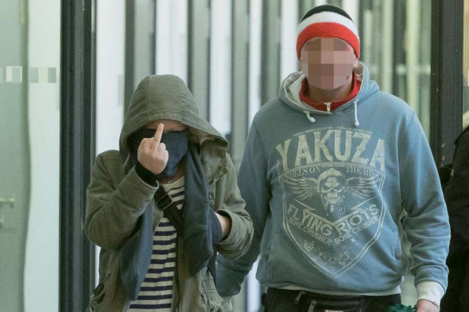 Stinkefinger für die Presse: Aniko A. (23) in Begleitung eines Sympathisanten  auf dem Weg zur Anklagebank.