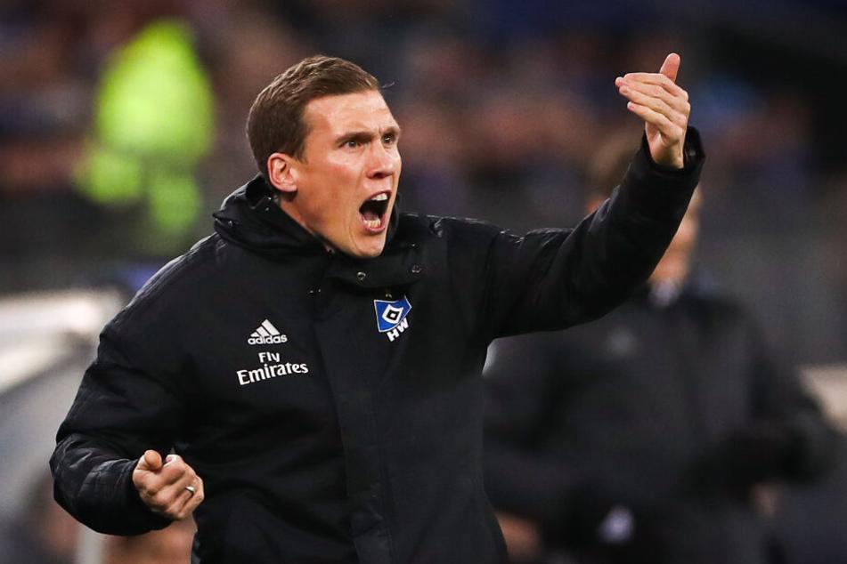 HSV-Trainer Hannes Wolf gab seiner Mannschaft immer wieder Anweisungen.