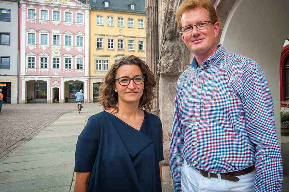 Expertin Elisabet Leitner mit Kulturbetriebsleiter Ferenc Csák vor dem Judith-und-Lukretia-Portal.
