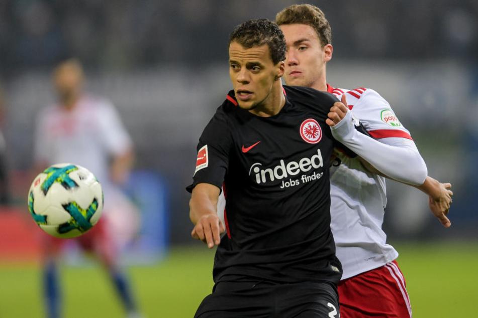 Frankfurts Timothy Chandler (l) kommt vor Hamburgs Luca Waldschmidt an den Ball.