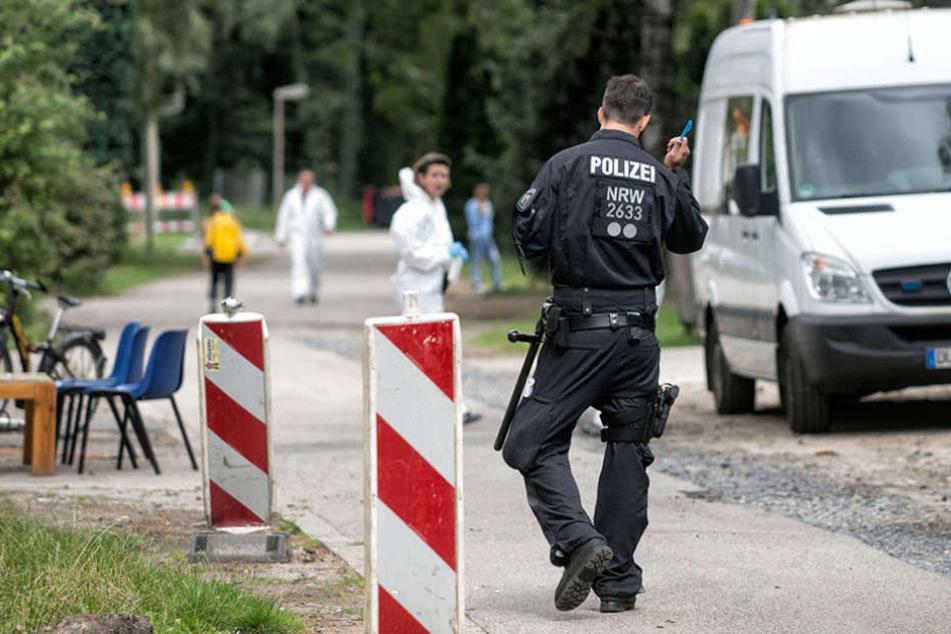 Polizeibeamte durchsuchen am 10.08.2016 eine Flüchtlingsunterkunft in Dinslaken (NRW). Zwei mutmaßliche Islamisten wurden festgenommen.