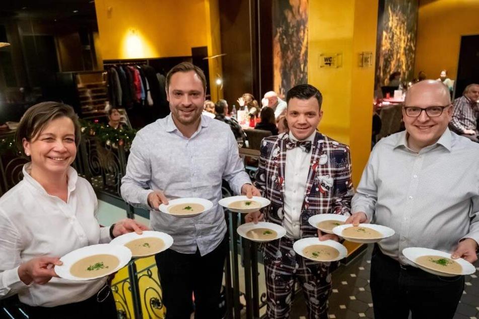 Beim Weihnachtsessen servierten Almut Patt (51), Alexander Dierks (32), Restaurantleiter Tommy Seidel (35) und Sven Schulze (47) Maronensuppe.