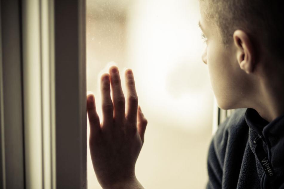 7-Jähriger liegt tot in der Wohnung: Polizei sucht nach Frau