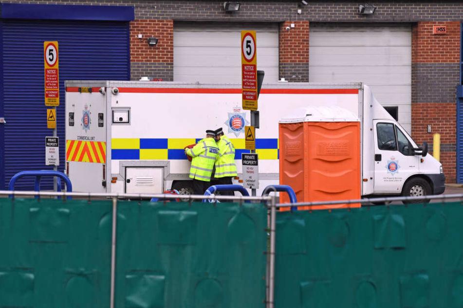 Zwei mutmaßliche Menschenhändler sind von britischen Ermittlern nach dem Fund von 39 Leichen festgenommen worden.