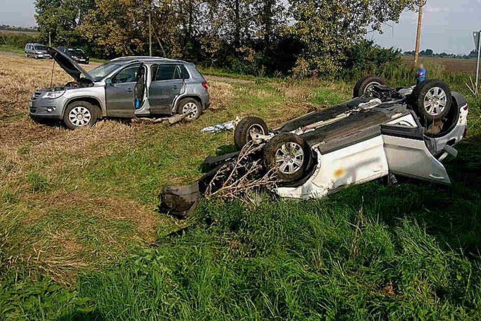 Die beiden Autos landeten nach der Kollision auf einem Feld.